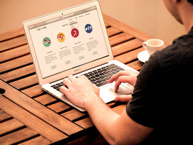 apple-desk-internet-209151_editado.jpg