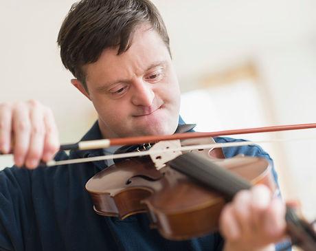 Uomo con sindrome di Down che suona il v