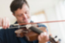 Man med Downs syndrom som spiller fiolin
