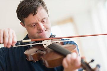 Hombre con síndrome de Down tocando el v
