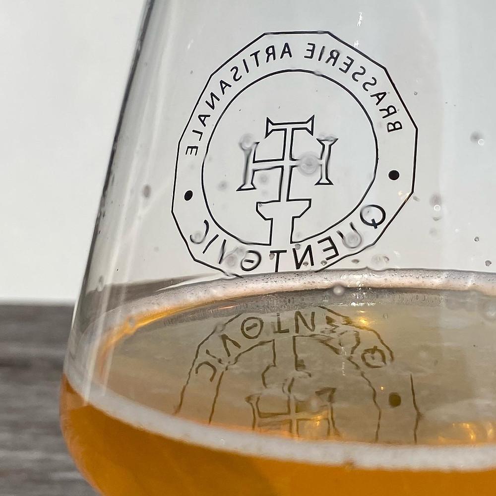 Bière blonde dans un verre