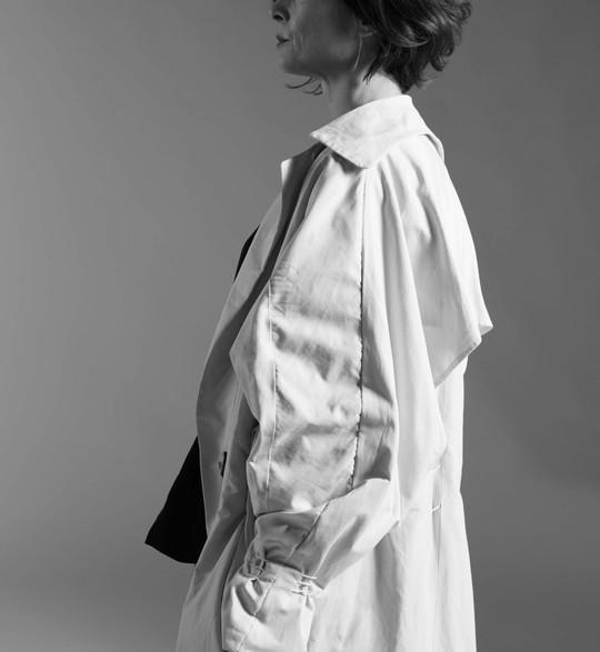 Gabardina oversize + Blusa reversible + Falda pantalón.  Los principales referentes son Michelle Dickson, en sus esculturas trabaja con la superposición de materiales simulando el efecto que ha dejado el tiempo sobre dicha  escultura.Carol Shaw Sutton, artista plástica textil que también trata el tema del tiempo pero que entiende el paso del tiempo como un bucle, ciclos continuos entrelazados con finalesconocidos o desconocidos, que lo expresa a través de obras realizadas con hilos de linoencerado o diferentes materiales textiles.  Partiendo de la idea de estos artistas plásticos y su obra, se define el concepto, Tera.A través de él se trata el tiempo desde la perspectiva causa-efecto, cómo éste influye en la realidad tangible.