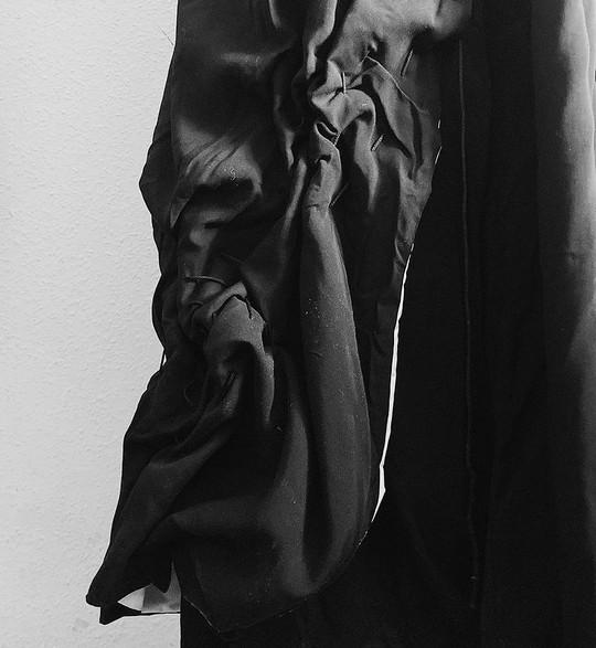 Falda pantalón reconfigurable.  Los principales referentes son Michelle Dickson, en sus esculturas trabaja con la superposición de materiales simulando el efecto que ha dejado el tiempo sobre dicha  escultura.Carol Shaw Sutton, artista plástica textil que también trata el tema del tiempo pero que entiende el paso del tiempo como un bucle, ciclos continuos entrelazados con finalesconocidos o desconocidos, que lo expresa a través de obras realizadas con hilos de linoencerado o diferentes materiales textiles.  Partiendo de la idea de estos artistas plásticos y su obra, se define el concepto, Tera.A través de él se trata el tiempo desde la perspectiva causa-efecto, cómo éste influye en la realidad tangible.