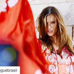 #Repost _voguebrasil with _repostapp.jpg_・・・_Agora em São Paulo, _alessandraambrosio fotografa campa