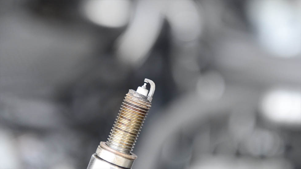 Remove the spark plug of 6th cylinder