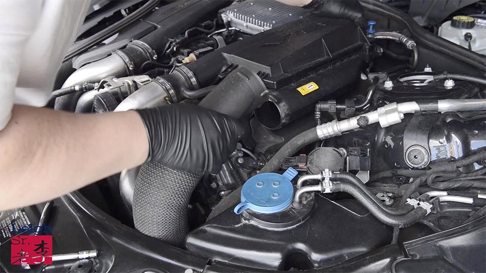 Remove the intake duct of connecting to the air filter housing