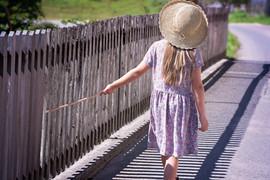 Zurück von Mädchen mit Hut und Kleid
