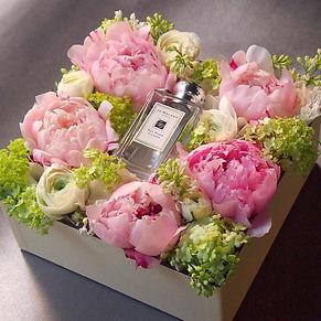 Creative gift UAE, dubai gift, flower box dubai, piony box, dubai presents, dubai gifts