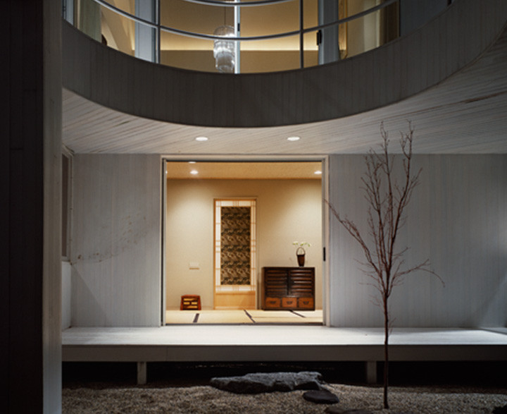 The Eric Von Lustbader home would not be complete without a Japanese Tatami Room – a tranquil space for meditation and relaxation. Tatami mats form a geometrical pattern on the floor, bamboo mats cover the ceiling, and pocket doors open to a peaceful garden. Photo by Durston Saylor