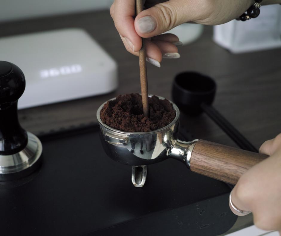 ★ 將咖啡粉倒入把手進行整粉,鬆散咖啡粉,避免研磨咖啡粉結塊,直接填壓後粉餅密度不均,並使用壓粉垂進行填壓  (剛好手邊沒有拌粉器,只好先以其他物品代替 )