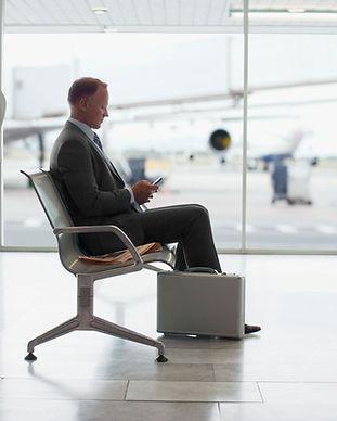 seduto in aeroporto