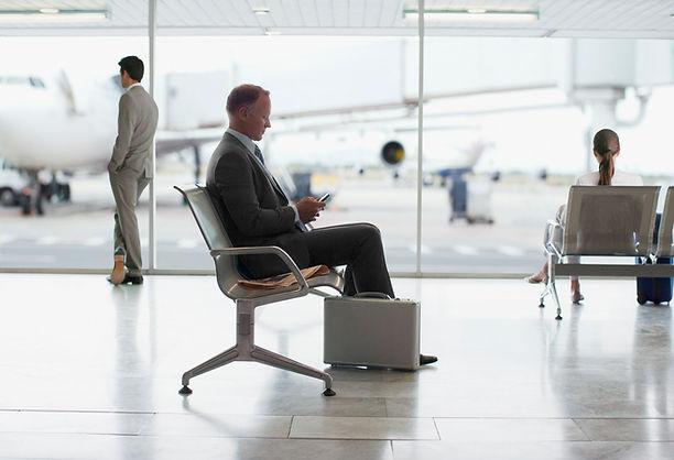 sentado no aeroporto