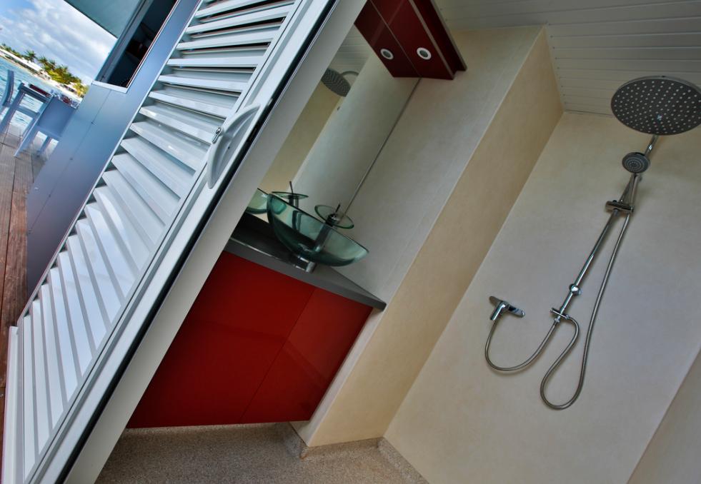 Douche dans villa flottante Guadeloupe