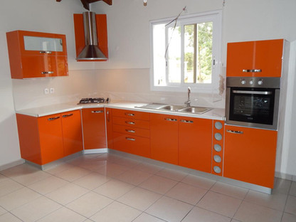 Cuisine orange équipée sur mesure en Guadeloupe