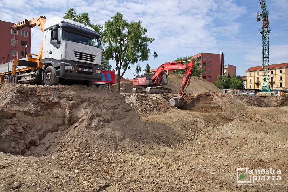 Mentre proseguono gli scavi, fa il suo ingresso in cantiere uno dei macchinari destinati alle trivellazioni.
