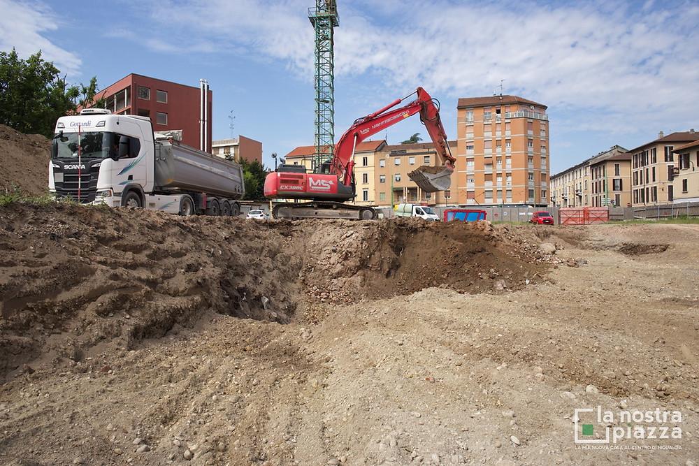 Parte del terreno rimosso dall'escavatore viene portato fuori dal cantiere per le operazioni di trattamento