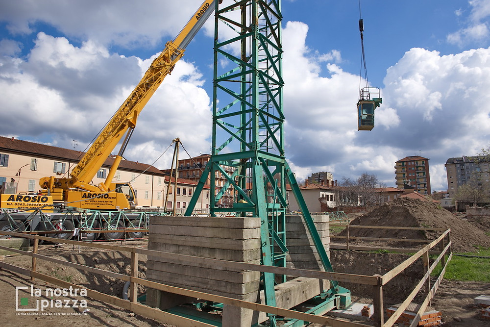Sollevamento della cabina di manovra della gru numero 1, presso il cantiere de La Nostra Piazza