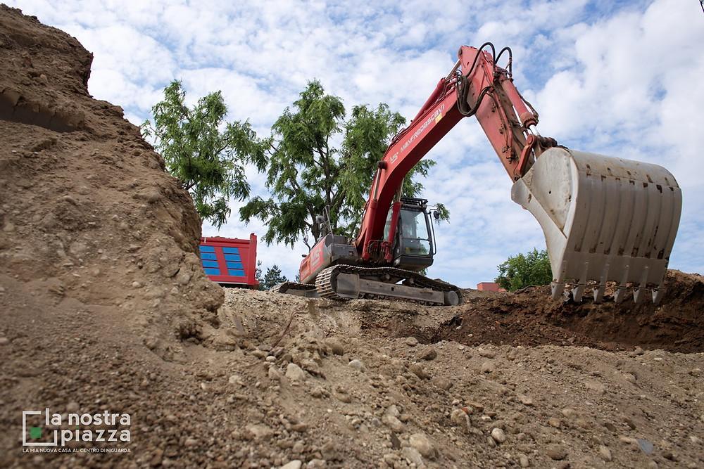 Operazioni di scavo per raggiungere la prima quota, situata a 2 metri e mezzo di profondità.
