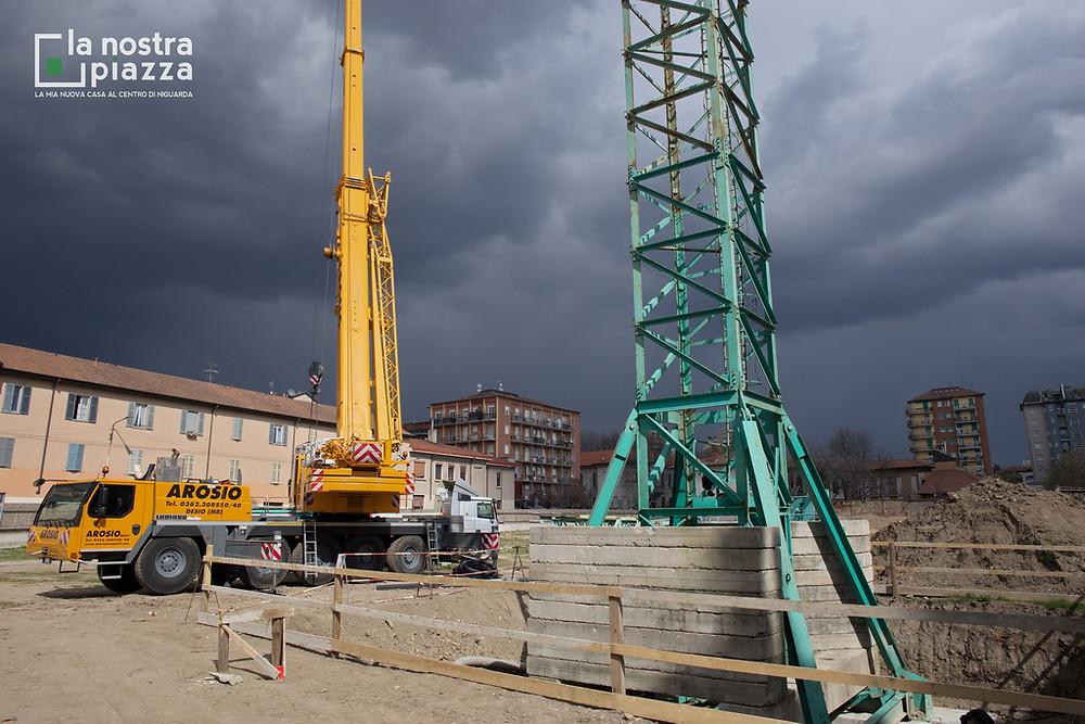 Un temporale lambisce il cantiere durante l'assemblaggio della gru numero 1