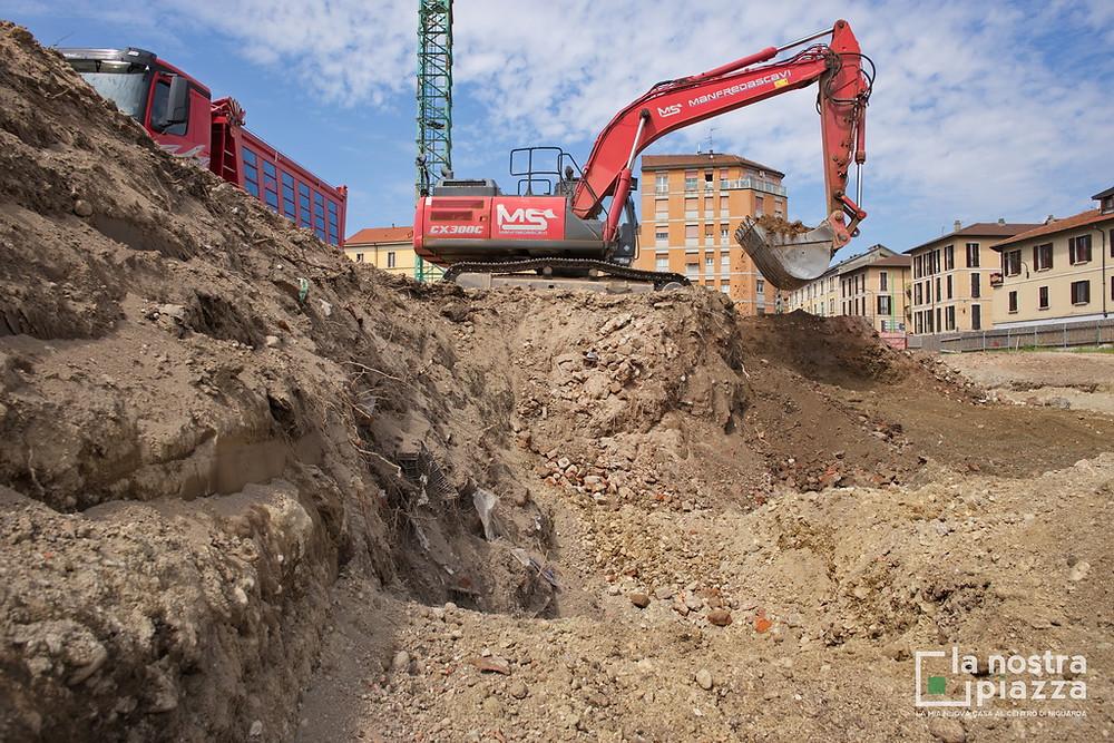 L'escavatore della Manfreda Scavi affonda la pala nel terreno del cantiere