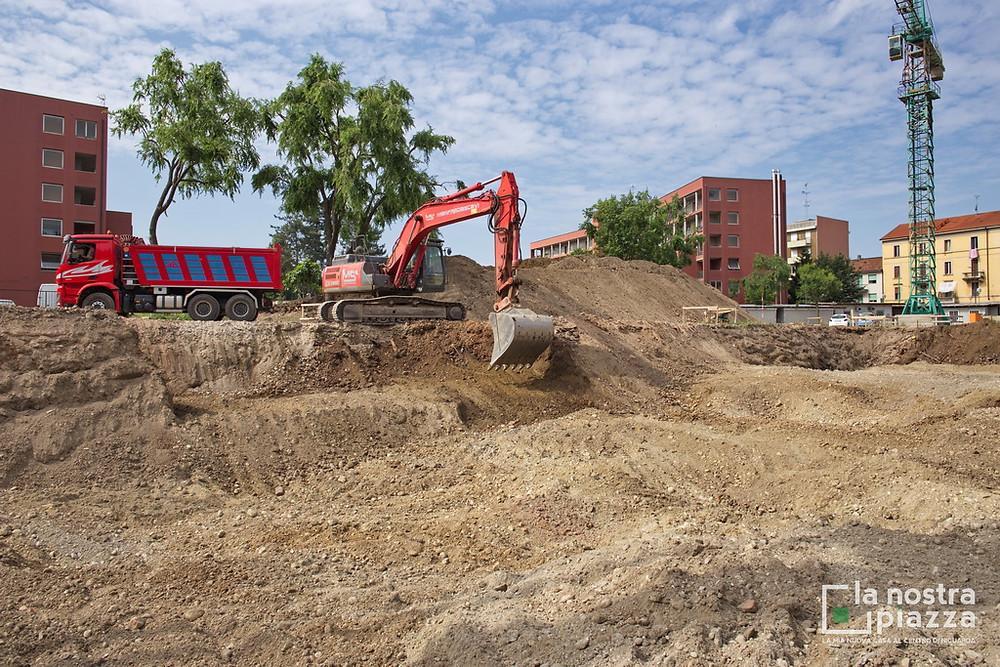 Il terreno rimosso dall'escavatore viene caricato sui camion
