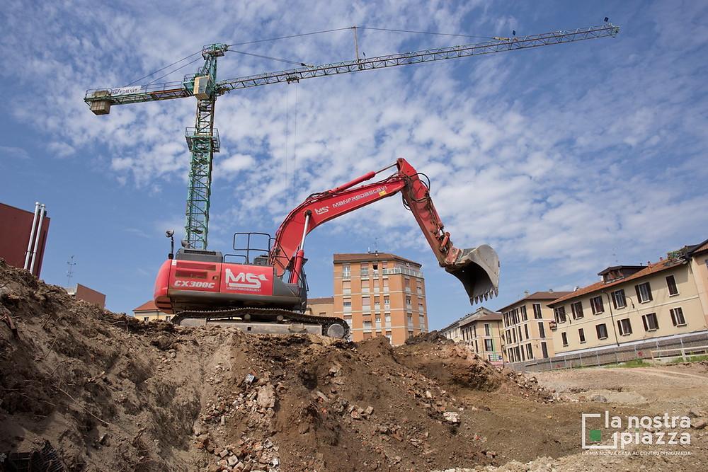 L'escavatore e la gru numero 1 all'interno del cantiere de La Nostra Piazza, a Niguarda