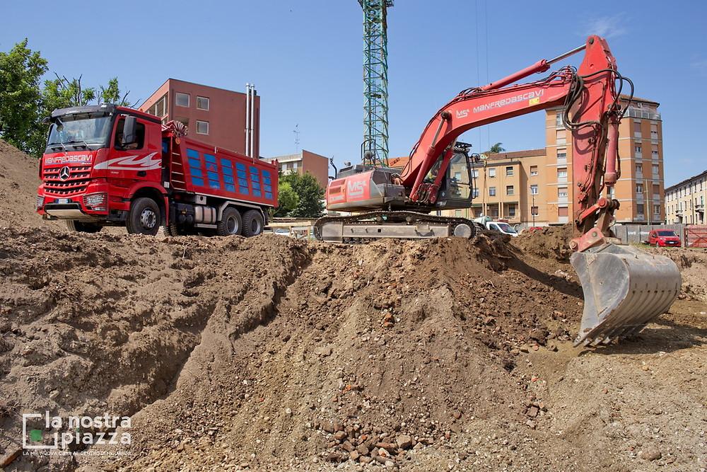 L'escavatore e il camion della Manfreda Scavi impiegati per le operazioni di scavo e consolidamento