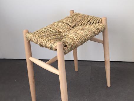 手で藁を掴み、椅子を作る時