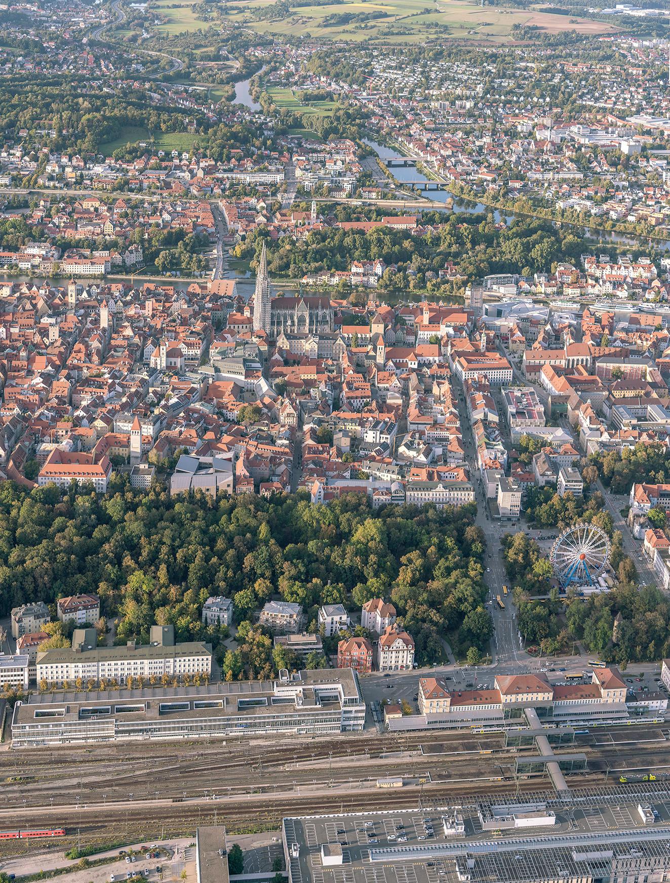 Vom Bahnhof über den Grüngürtel und die Altstadt bis zum Regen