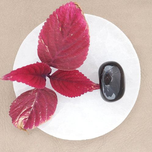 Den röda obisidianen vill hjälpa oss att balansera det feminina och maskulina inom oss, att skapa balans.
