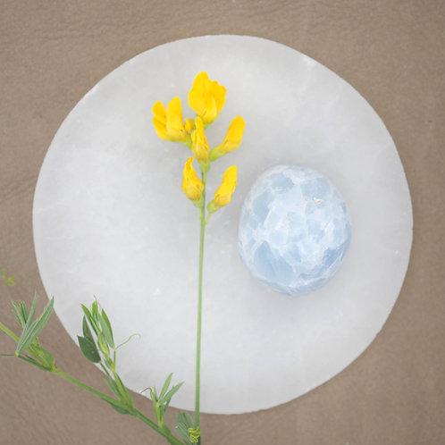 Blå kalcit är en fin sten att använda oss av när vi känner oss stressade. Den har enlugnade effekt på både kropp och själ.