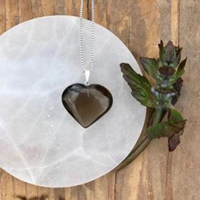 kristallhalsband i rökkvarts, rökkvarts är en skyddande och grundande sten, halsband hjärta,