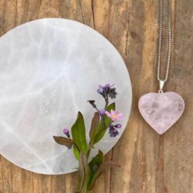 rosenkvarts, halsband med rosenkvarts, kristallsmycken. rosenkvarts, hjärta