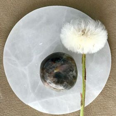 svart månsten är en sten för nymånen och fullmånen, en kristall för cermonier, gudinnesten, kristall för gudinnan, healing