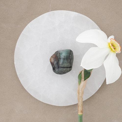 Smaragden är en stark healingsten för hjärtchakrat.Det är healingängeln Rafaels sten.