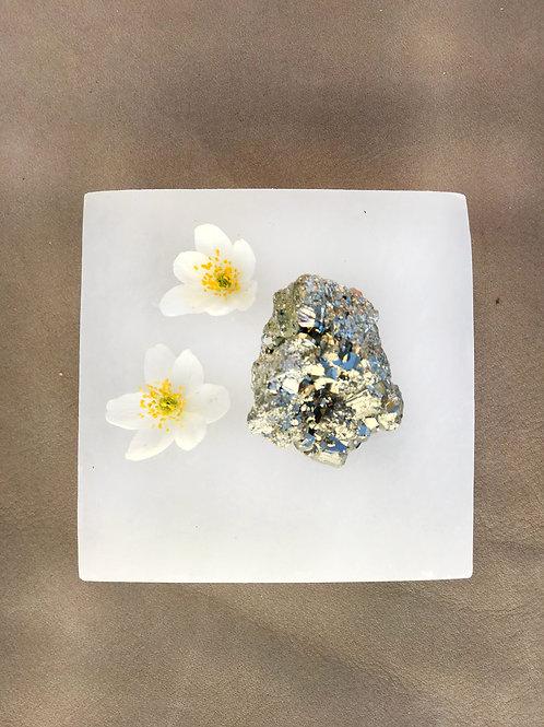 kristallen pyrit står för kraft och att manifestera, den grundar energin, pyriten är kopplad till solarlexus och sakralchakra