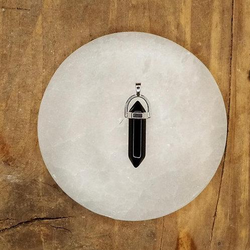 Kristallsmycke, dubbelterminerad svart agatspets. Finns hos House of Indra.