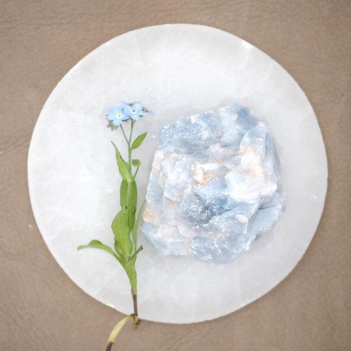 Rå blå kalcit är en sten att använda oss av när vi känner oss stressade. Den har enlugnade effekt på både kropp och själ.