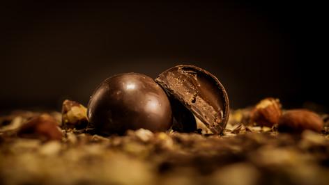 Bombón Belga. Croutillón, relleno de caramelo y praliné crocante, bañado en 56% de cacao.