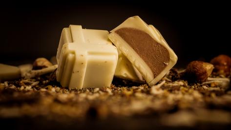 Bombón Belga sin azúcar, relleno con praliné sin azúcar, bañado en chocolate blanco. Especial para diabéticos.
