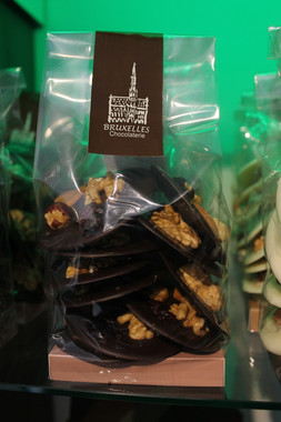 Monedas de chocolate semi amargo con frutos secos. Con y sin azúcar, especial para diabéticos.