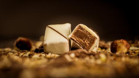 Bombón Belga de Amaretto. Ganache de Amaretto cubierto con chocolate blanco.