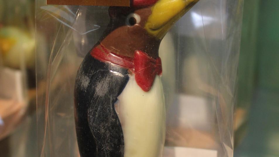 Pingüino hecho con Chocolate de leche 43% de cacao y pintado con manteca de cacao y pintura vegetal.