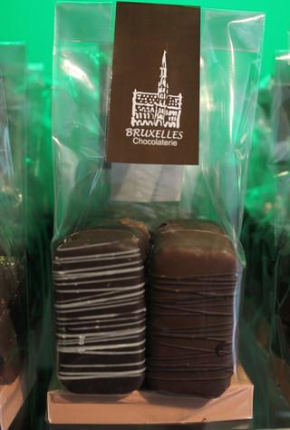 Obleas Belgas: Tres bañadas en chocolate de leche y rellenas con un ganache de chocolate semi amargo. Tres bañadas en chocolate semi amargo, rellenas con vainilla de Madagascar.