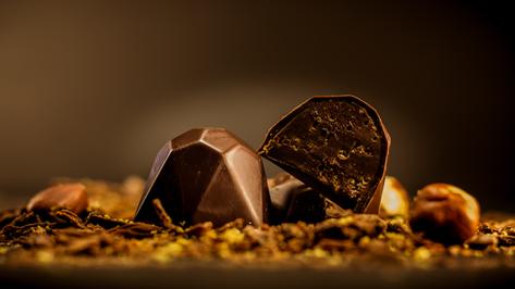 Bombón Belga. Brillante, relleno de praliné crocante y bañado en 56% de cacao.