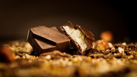 Bombón Belga de coco. Relleno con crema de coco Tailandes. bañado con chocolate de 56% cacao.