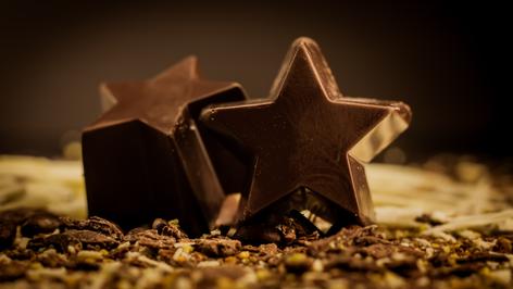 Bombón Belga. Nutrella, hechas en chocolate semi-Bitter al 56% de cacao y en chocolate de leche al 43% cacao. Rellenas de praliné.