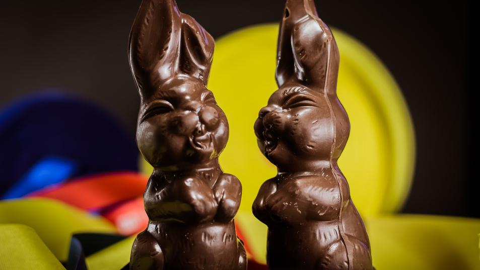 Pareja de conejos felices, hechos en chocolate de leche al 43% y con toques al 56%.