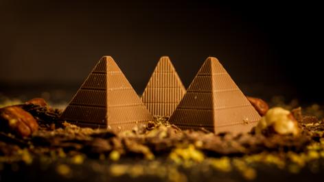 Bombón Belga. Pirámide, es un chocolate sólido de leche al 43% de cacao, 0% azúcar. Especial para diabéticos.