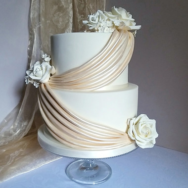 Champagne gold drapes wedding cake